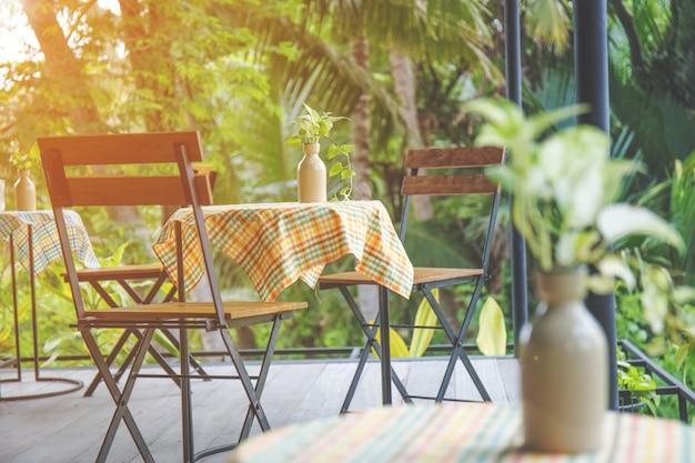 Table et chaises en bois avec acier dans le café.