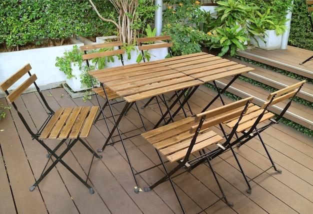 Table et chaises en bois vides sur la terrasse du jardin