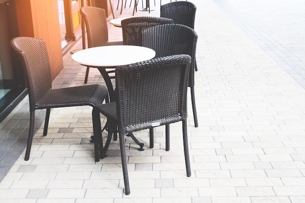 Table et chaises devant le café