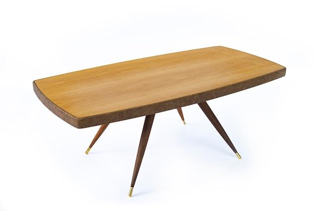 Table en châtaignier luxueuse avec une résine époxy sur fond blanc, vue latérale