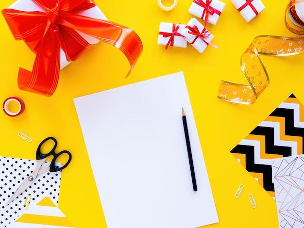 Table avec des choses pour préparer des coffrets cadeaux