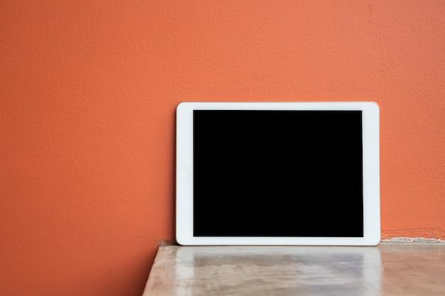 Table de ciment avec un écran blanc pour texte sur tablette, téléphone intelligent, téléphone portable. écran blanc vertical sur tablette.