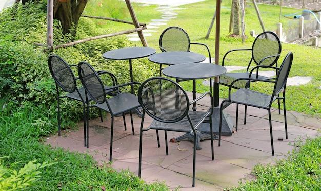 Table circle sertie d'une chaise en aluminium dans le jardin