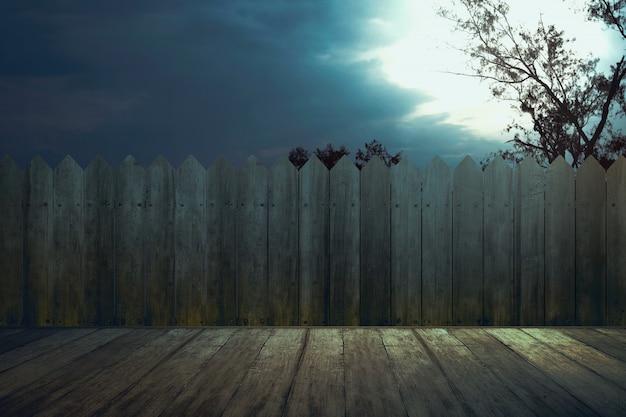 Table avec clôture en bois