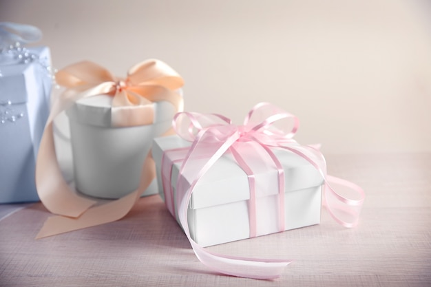 Table avec coffrets cadeaux pour le jour du mariage
