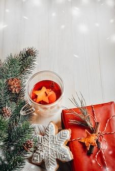 Table de composition de noël avec décor de fête, épicéa, cadeau, pain d'épices
