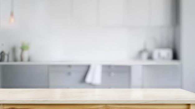 Table de comptoir en marbre vide dans la salle de cuisine