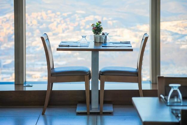 Une table confortable dans le complexe commercial et de divertissement sapphire.