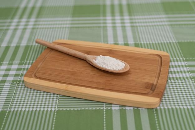 Table avec cuillère en bois avec de la farine