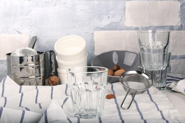 Table de cuisine blanche ustensiles de cuisine de fond d'été rustique