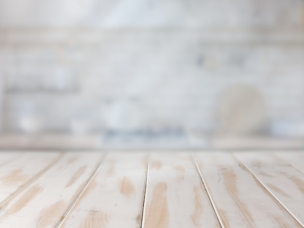 Table de cuisine blanche vide pour la présentation du produit