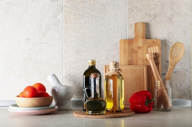 Table de cuisine avec différentes fournitures et bouteilles d'huile