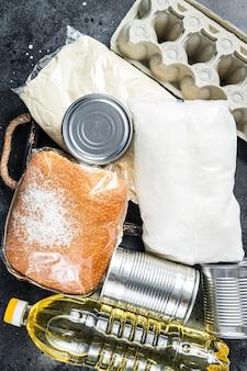 Table de cuisine avec don de produits alimentaires, concept d'aide en quarantaine
