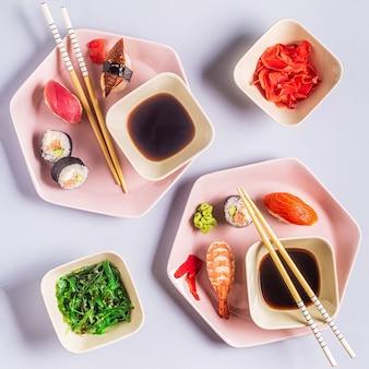 Table avec cuisine japonaise traditionnelle, vue de dessus.