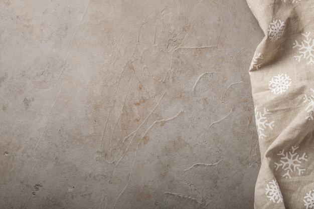 Table de cuisine en pierre avec une serviette.