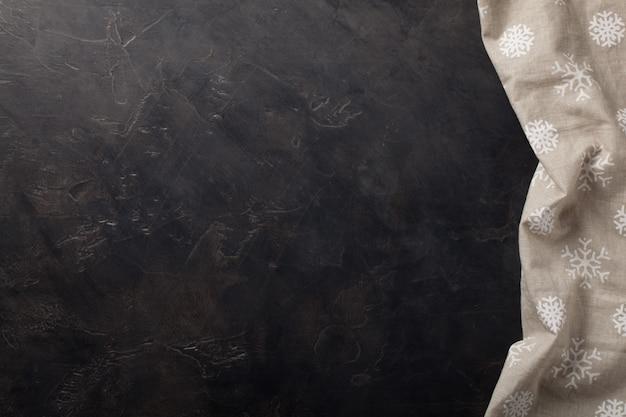 Table de cuisine en pierre sombre avec une serviette.