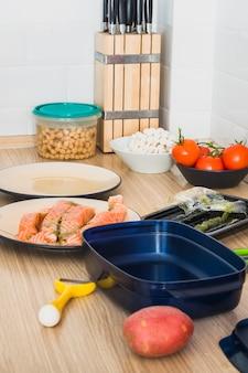 Table de cuisson avec des assiettes de poisson et de légumes