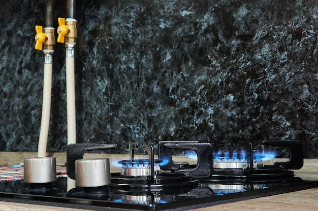 Table de cuisson domestique avec flamme sur brûleurs à gaz