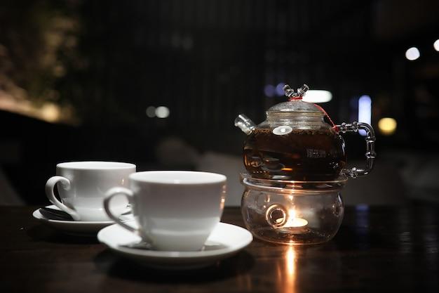 Une table dans un café avec un cocktail et une tasse de thé
