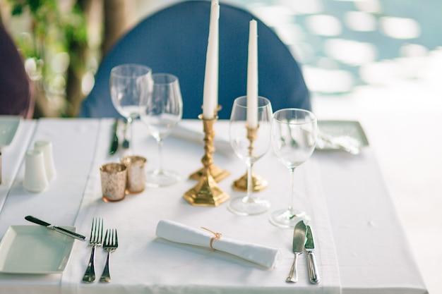 Une table dans un restaurant près de la mer