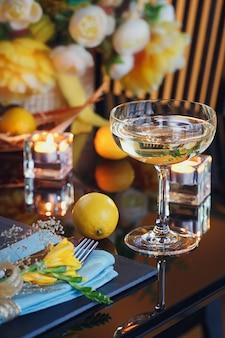 Table avec décoration de vacances
