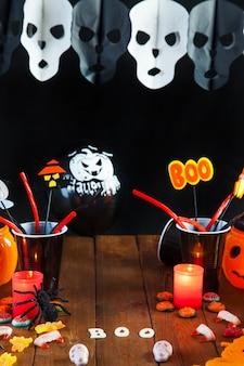 Table avec décorations de halloween