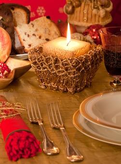 Table avec décorations pour le dîner de noël