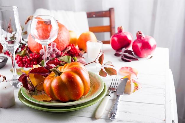 Table décorée avec citrouille
