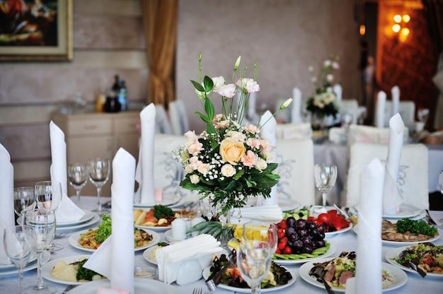 Table décorée de fleurs dîner de mariage