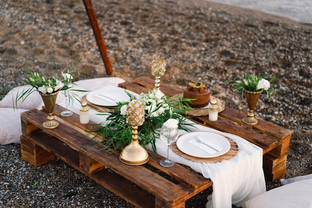 Table décorée de luxe pour un rendez-vous romantique détails festifs nappe bougies assiettes verres