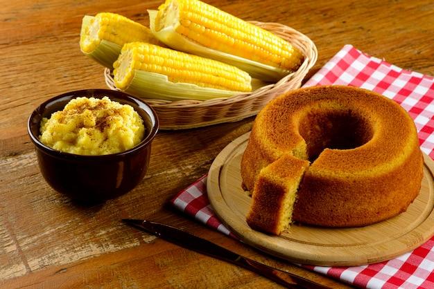 Table décorée pour la fête de juin. gâteau au maïs.