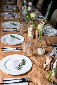 Table décorée prête pour le dîner.