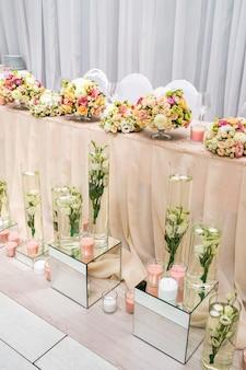 Table décorée d'un vase de fleurs