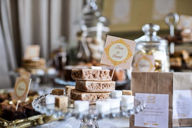Table à dessert pour une fête. gâteau ombre, cupcakes, douceur et fleurs