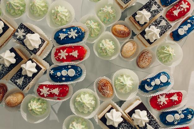 Table à dessert pour une fête. gâteau ombre, petits gâteaux. bar à bonbons