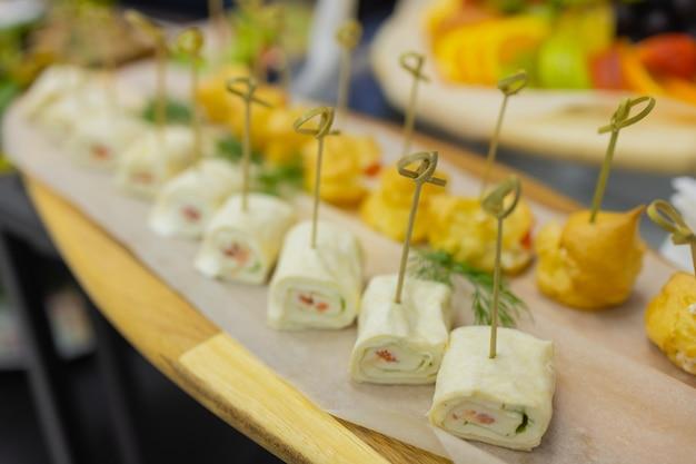 Table à dîner avec collations décorée de belles fleurs d'été table de nourriture saine délicieuse organi...