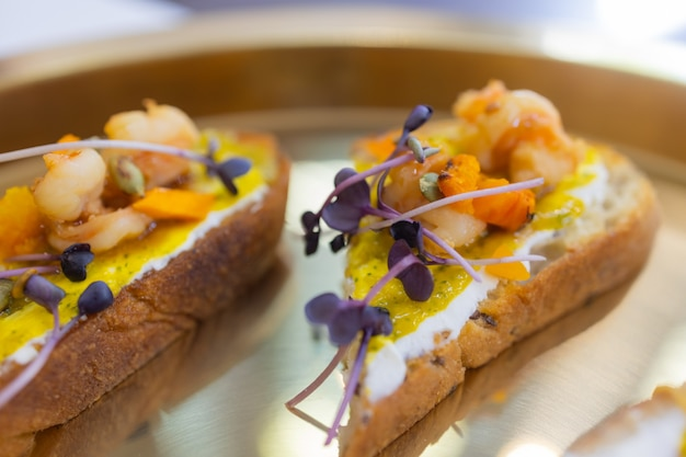 Table de dîner avec des collations décorées de belles fleurs d'été. table alimentaire concept de repas biologique délicieux sain. en attente de l'invité.