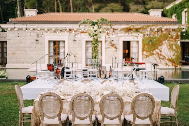 Table de dîner de mariage réception tables élégantes pour les invités avec nappes crème