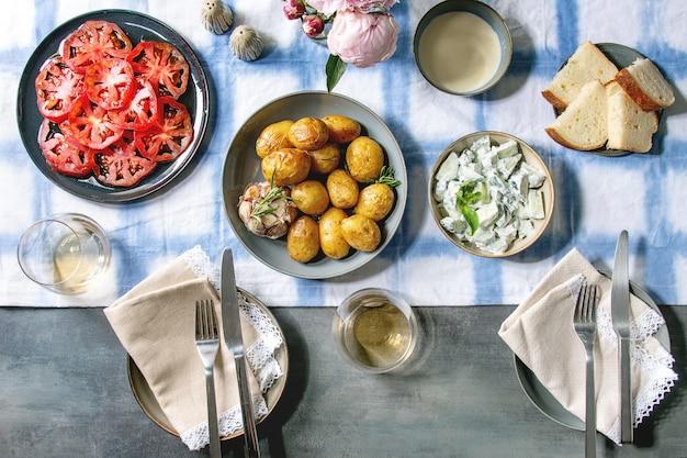 Table à dîner avec pommes de terre au four