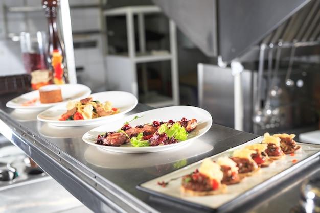 La table de distribution dans la cuisine du restaurant.