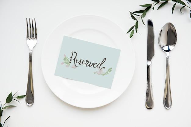 Table dressée avec carte réservée