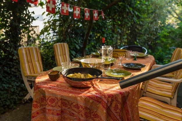 Table dressée avec de la nourriture dans la cour en suisse