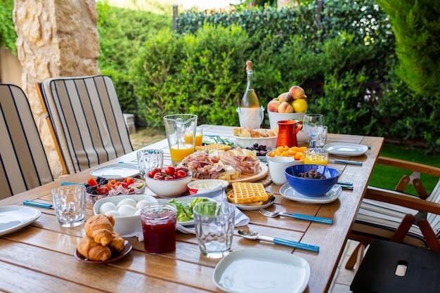Table dressée avec de la nourriturepetit déjeuner en terrasseune table avec de la nourriture pour une grande familleune fêtebanquet