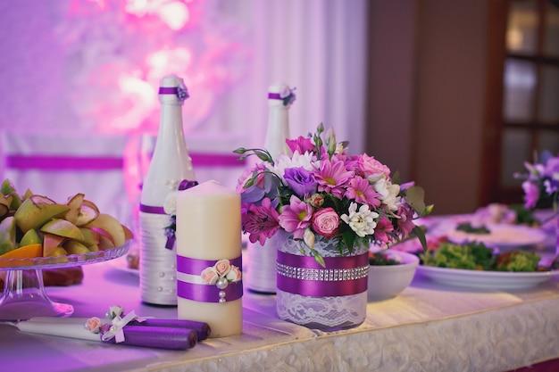 Table dressée pour un dîner de mariage