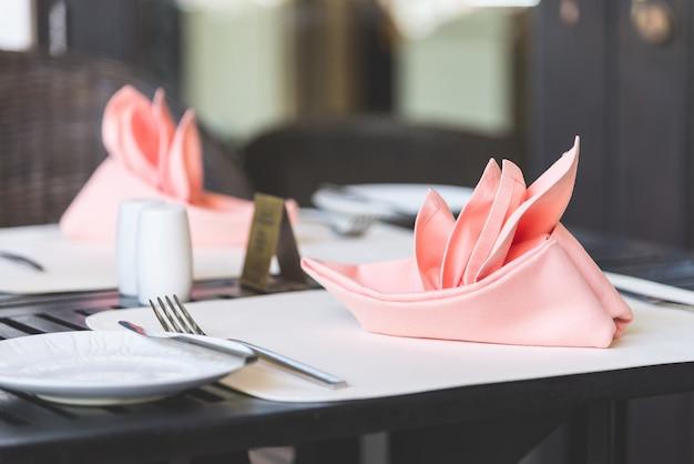Table dressée pour le dîner