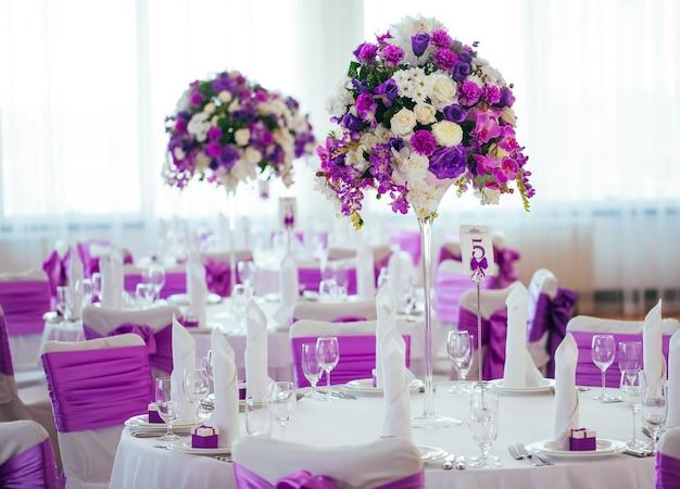 Table dressée pour un mariage ou un autre dîner événementiel.