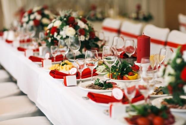 Table dressée pour un mariage ou un autre dîner de traiteur.