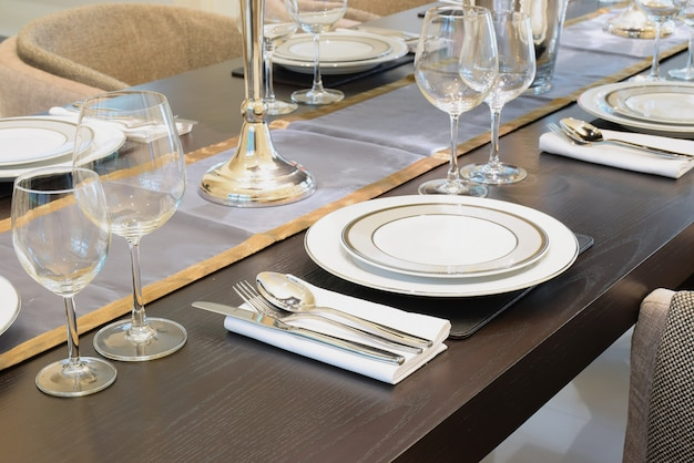 Table dressée sur une table en bois à la maison