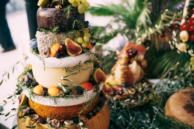 La table du buffet au festival est un gâteau au fromage de fortune la table est décorée d'olive