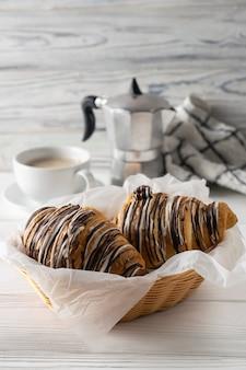 Table du matin avec café, croissants au chocolat